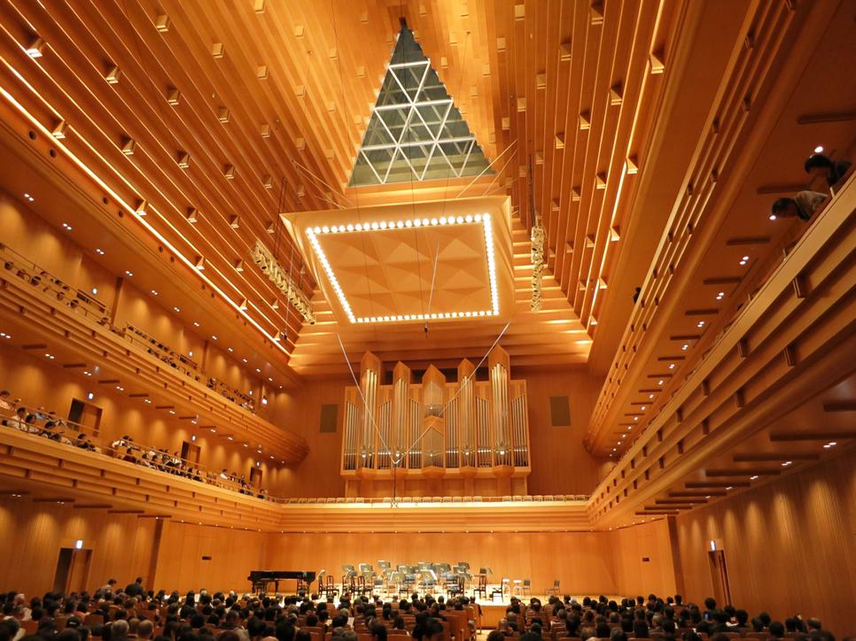 東京オペラシティーオペラシティー コンサートホール 21.2m×47.15m ( 1階客席奥行 32.4m ) 天井最頂部まで 27.6m 満席時残響 1.9秒 - 2 L