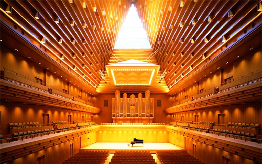 東京オペラシティーオペラシティー コンサートホール 21.2m×47.15m ( 1階客席奥行 32.4m ) 天井最頂部まで 27.6m 満席時残響 1.9秒 - 1 L